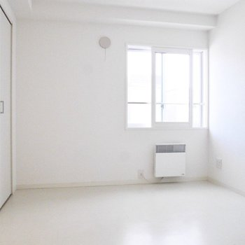 もうひとつの洋室も真っ白※写真は前回募集時のものです
