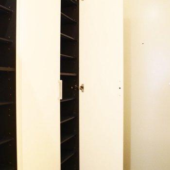 こちらは玄関。靴箱も大容量でファミリーサイズ※写真は前回募集時のものです