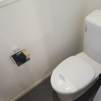 トイレは個室で。※写真は2階の似た間取り別部屋のものです