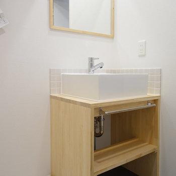 洗面台もTOMOSオリジナルデザイン◎※写真は2階の似た間取り別部屋のものです