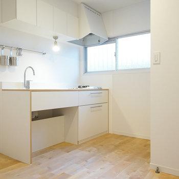 【LDK】キッチン横にも窓があります。※写真は2階の似た間取り別部屋のものです