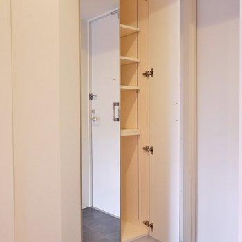 大型のシューズBOXは、全身鏡付き。※写真は、同タイプの別室。