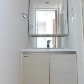 洗面台もピカピカ、綺麗です!*写真は別のお部屋です。