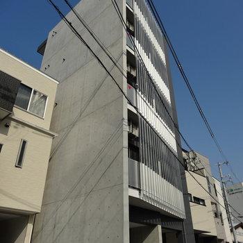 キリッとコンクリの新築マンション。