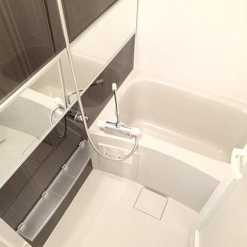 お風呂は少し狭めですが、清潔感はあり!