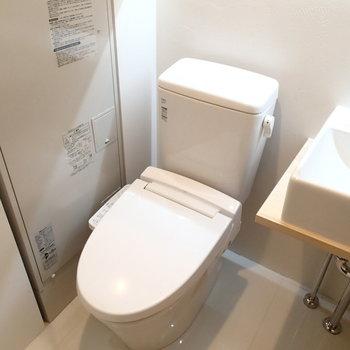 トイレは洗面台のすぐ横に!
