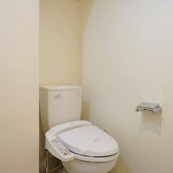 その隣にトイレ。ウォシュレット付きです