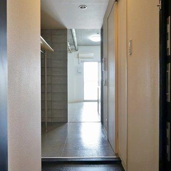 収納は廊下に。オープンタイプなので気になる方は目隠しを