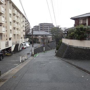 マンションの前の道は坂道なので自転車は気をつけて下さい。