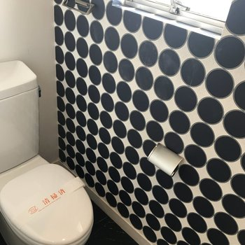 ドットがかわいいトイレです。