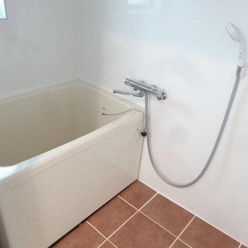 浴室はややコンパクトめですよ。