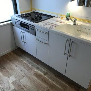 キッチンは3口コンロで便利!※写真は前回募集時のものです