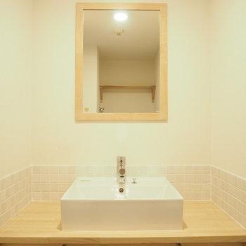白のタイルと木材のかわいらしい洗面台。※写真は前回募集時のもの