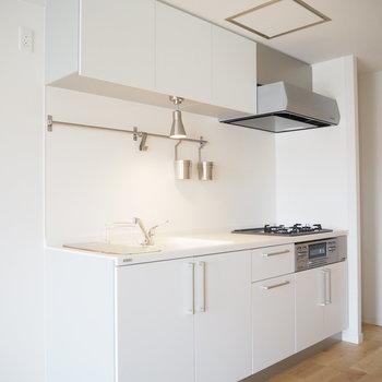 【LDK】調理器具を掛けられるポールが嬉しいキッチン。※写真は前回募集時のもの
