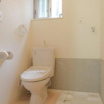 脱衣所にトイレと洗濯機。窓ってお風呂上がりも気持ち良さそう。※ 写真は前回募集時のものです