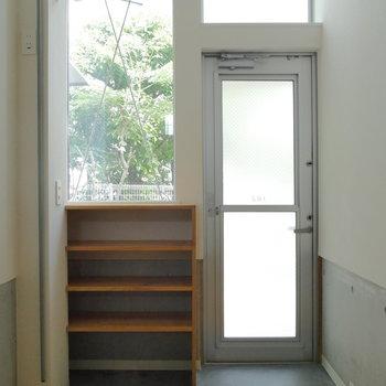 大きな窓で明るい玄関。カーテン掛けられますね。※ 写真は前回募集時のものです