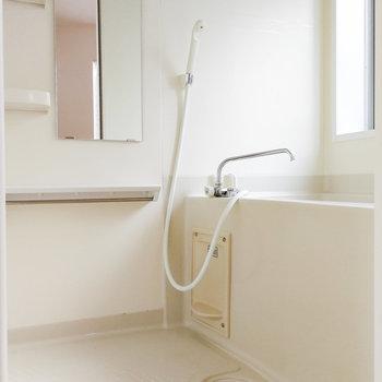 お風呂には窓があり、換気しやすい造り。※写真は前回募集時のものです