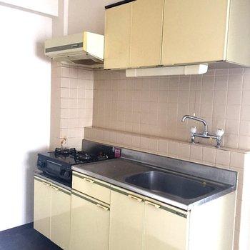キッチンはレトロだけど広い!※写真は2階の反転間取り別部屋ものです