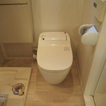 脱衣スペースにタンクレストイレ※写真は反転間取りの104号室です