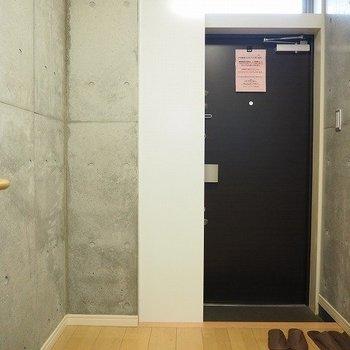 シンプルな玄関※写真は反転間取りの104号室です