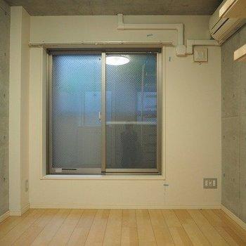 この奥にバルコニーもあります!※写真は反転間取りの104号室です