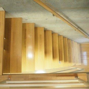 手すり付きの階段をのぼって上階に。※写真は反転間取りの104号室です