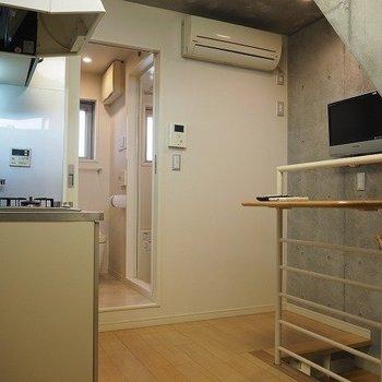 キッチンスペースは3.7帖※写真は反転間取りの104号室です