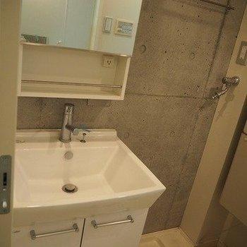 収納力もある独立洗面台※写真は反転間取りの104号室です