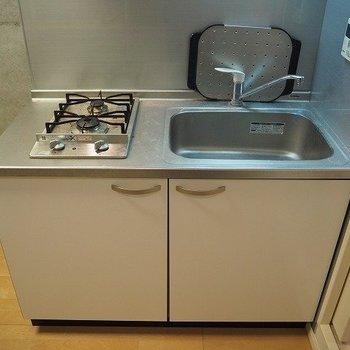 ステンレスのガスコンロが素敵なキッチン※写真は反転間取りの104号室です
