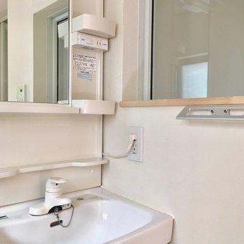洗濯機の隣に独立洗面台もありますよ。壁の窓の先は、、※クリーニング前の写真です