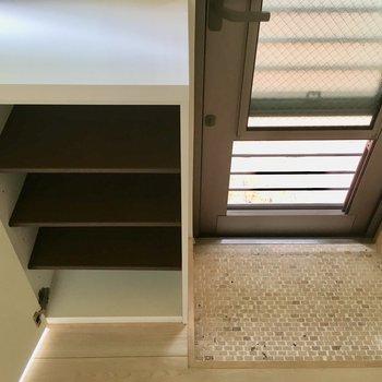 玄関扉を上下にスライドすると風だって通せる仕掛け。素晴らしいアイデアですね。