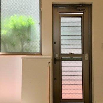 佇まいの美しい玄関。玄関扉の上に採光窓もあって、光を取り込みます。