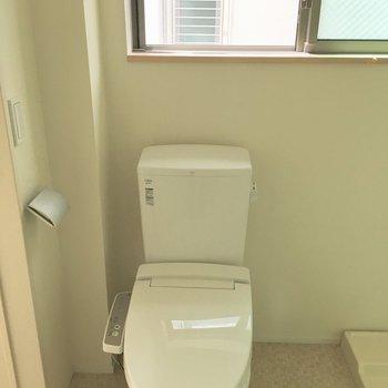 脱衣所にトイレだけど、この面積のお部屋でお風呂と別なのはうれしいポイント。