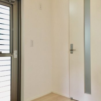 上にコンセントがあるということは、ここに冷蔵庫かな。ドアやスイッチがあるから小型で薄型のしか置けないです。