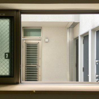 脱衣所の窓は、開けると住人さんから見られちゃうかも。網戸にしときましょう。