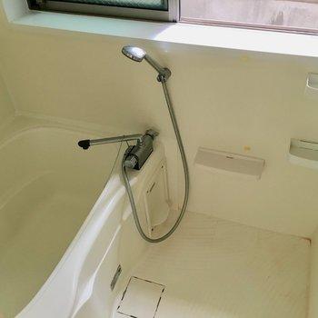 なんとお風呂でした。両方から自然光が入ってくるから、朝からお風呂に入り浸りたくなるな。※クリーニング前の写真です