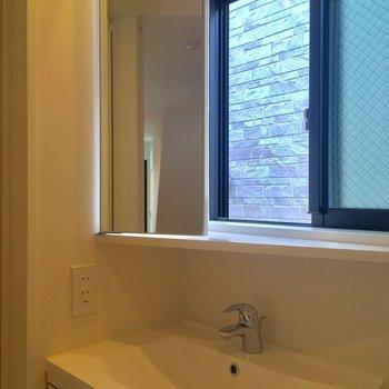 洗面台の鏡はこんなふうに角度調節できるんです!