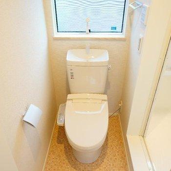トイレはウォシュレットつきで、大きな窓が◎※写真は前回募集時のものです