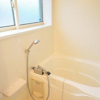 お風呂は乾燥機とこちらも大きな窓が!※写真は前回募集時のものです