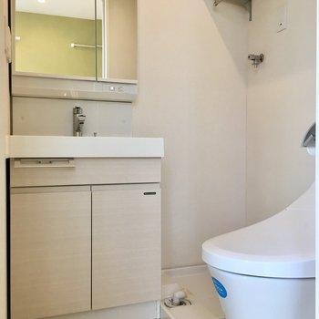 角に洗濯機。上に棚もありますね。