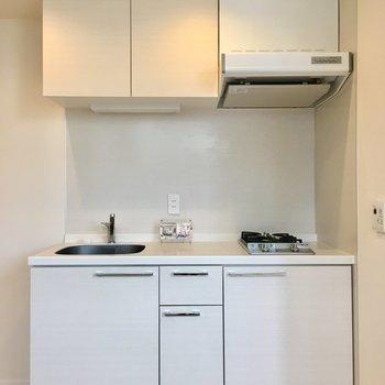 清潔感溢れるホワイトキッチン。