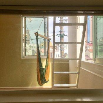お風呂の部屋を向いた窓からの眺め。