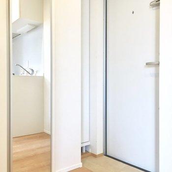玄関もコンパクト。クローゼットの扉の姿見が重宝しそう。