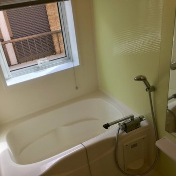 お風呂!大きな窓があって湿気もこもりません!