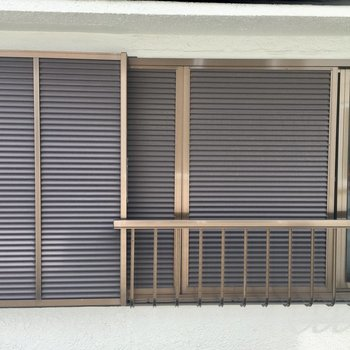 南東向きの窓の先はお家。雨戸は閉まっていました。