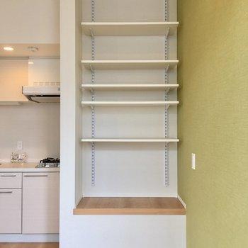 キッチン横に天井まであるオープン収納が!