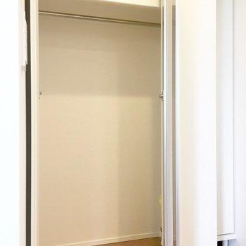 玄関横のクローゼットはちょっと小さめ。