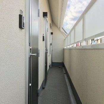 共用廊下はキレイですがちょっと細いです。