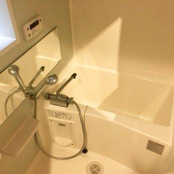 暖房・涼風・乾燥機能付きのお風呂も窓付きで健やかに。