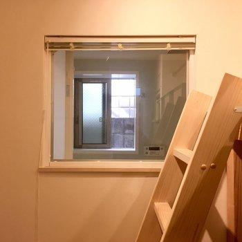 部屋にある窓はお風呂に入る西日を取り込みます